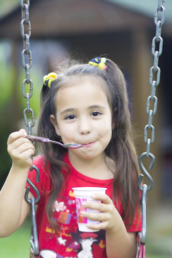 Leite bebendo ou iogurte da menina feliz fotos de stock