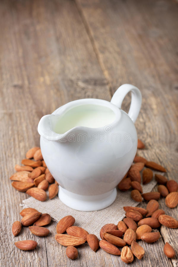 Leite da amêndoa no jarro de leite imagens de stock