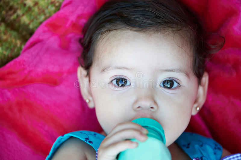 Leite da bebida do bebê foto de stock royalty free