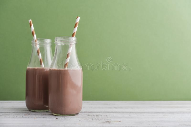 Leite de chocolate de duas garrafas imagem de stock