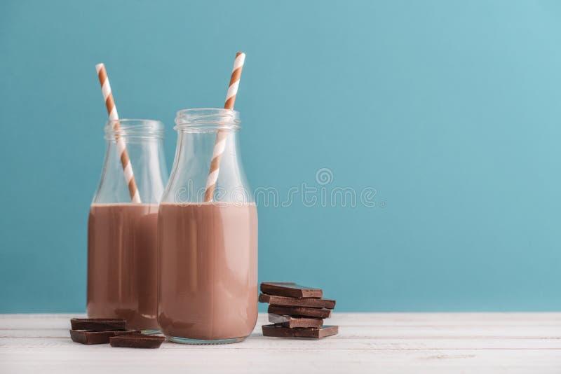 Leite de chocolate de duas garrafas imagens de stock