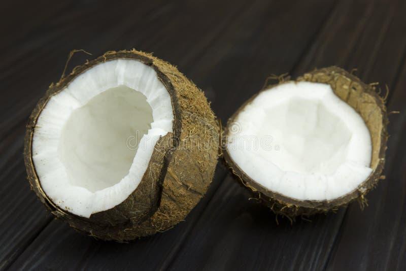 Leite de coco orgânico branco marrom tropical fresco da polpa do coco no fundo preto de madeira fotografia de stock royalty free