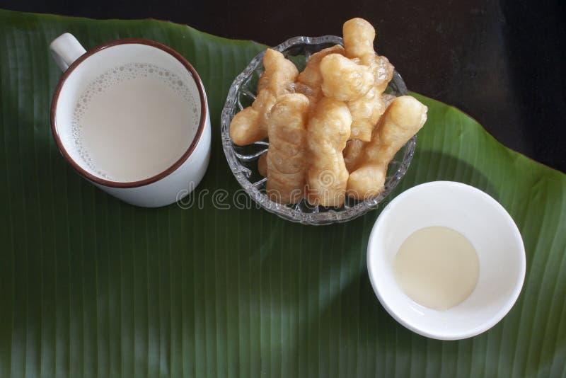 Leite de feijão de soja com a vara de pão fritado ou a filhós chinesa fotografia de stock royalty free