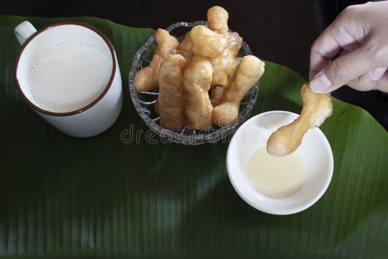 Leite de feijão de soja com a vara de pão fritado ou a filhós chinesa fotos de stock royalty free