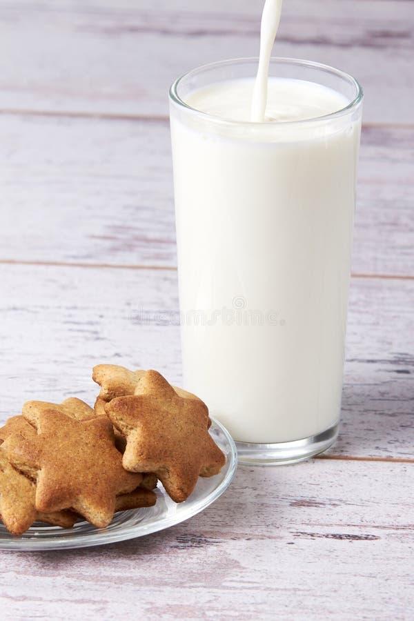 Leite de vidro Cookie do pão-de-espécie Fundo claro fotos de stock
