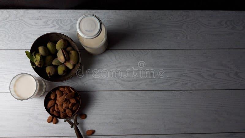 Leite e amêndoa com fundo da folha, alimento saudável foto de stock royalty free