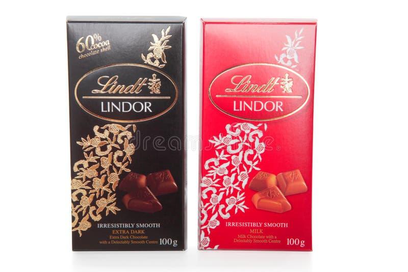 Leite e obscuridade das barras de chocolate de Lindt Lindor fotos de stock royalty free