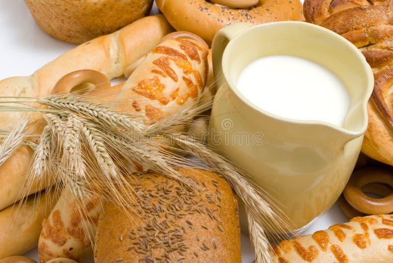 Leite e pão fotografia de stock