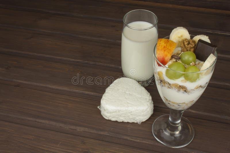 Leite fresco na farinha de aveia do vidro e do café da manhã do muesli com leite e coalho, refeições para atletas imagem de stock royalty free