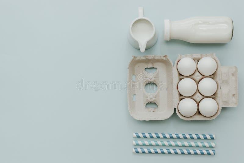 Leite fresco, ovos sobre o fundo pastel Produtos lácteos foto de stock royalty free