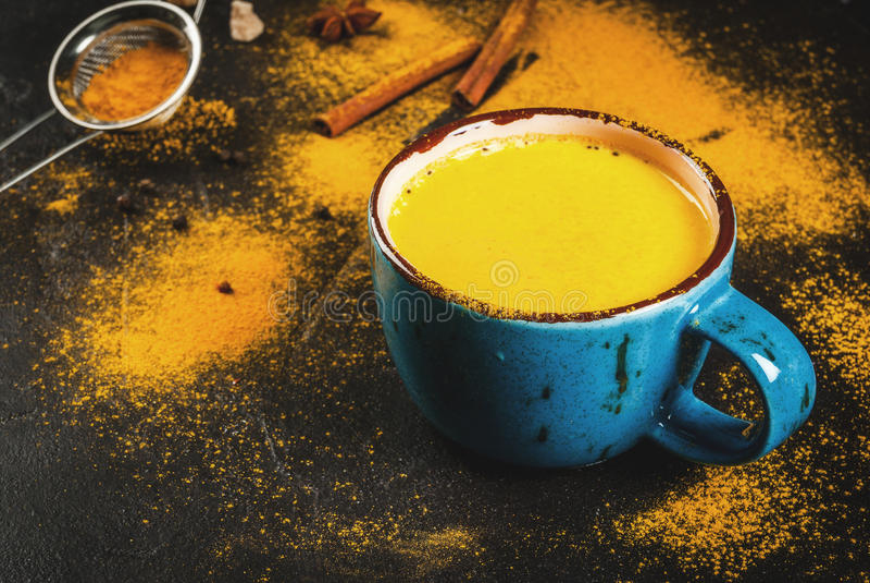 Leite indiano tradicional da cúrcuma da bebida foto de stock