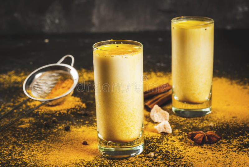 Leite indiano tradicional da cúrcuma da bebida fotos de stock