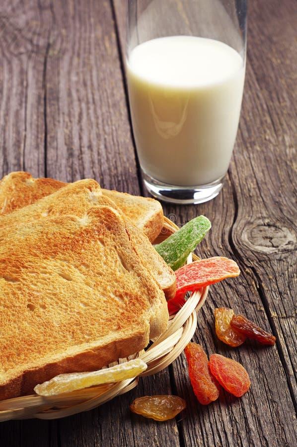 Leite, pão e frutos secos fotografia de stock royalty free