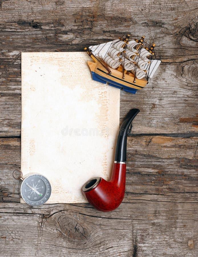 Leiten Sie, altes Papier, Kompaß und vorbildliches klassisches Boot stockfotografie