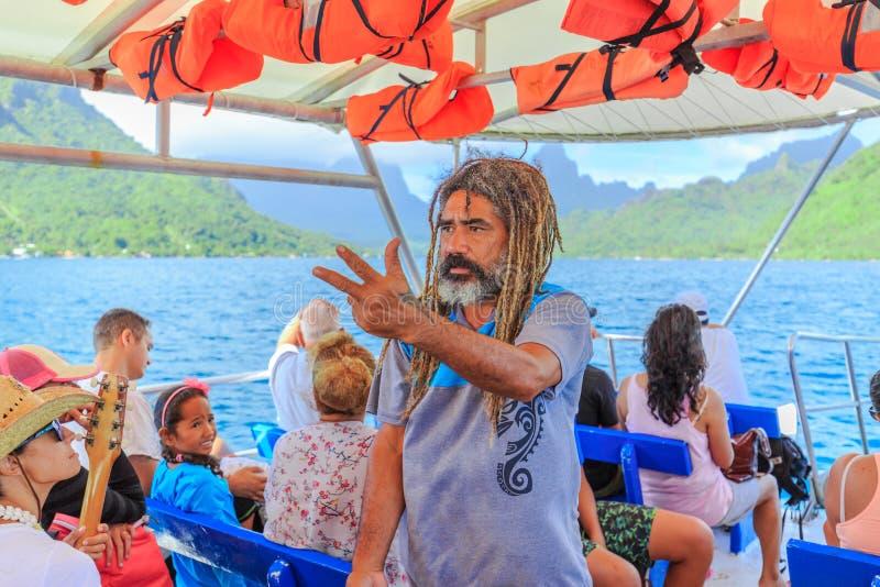 Leitende Touristen Tahitian-Lehrers auf Boot im schönen Meer, Moorae-Insel bei Tahiti PAPEETE, FRANZÖSISCH-POLYNESIEN lizenzfreie stockfotos