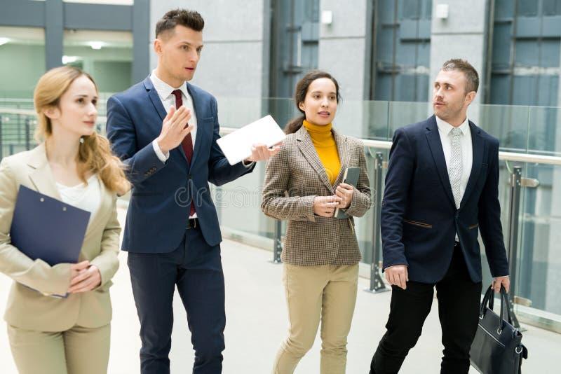 Leitender Ausflug des überzeugten Managers für Teilhaber lizenzfreies stockfoto