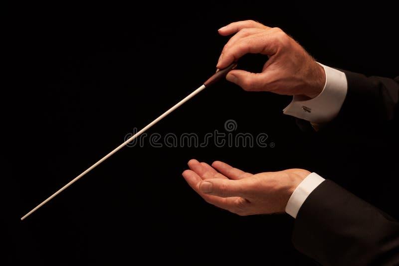 Leiter, der ein Orchester leitet stockbild