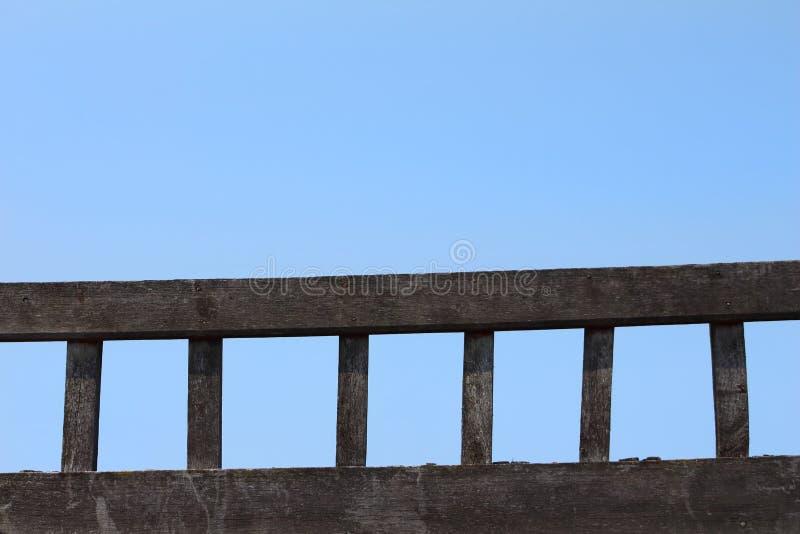 Leiter des alten Holzes legte gegen einen Hintergrund des blauen Himmels lizenzfreie stockbilder