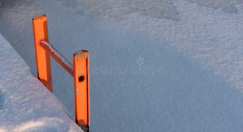 Leiter durch ein Kai im Winter lizenzfreies stockbild
