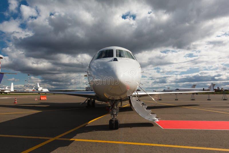 Leiter in einem privaten Jet lizenzfreies stockfoto