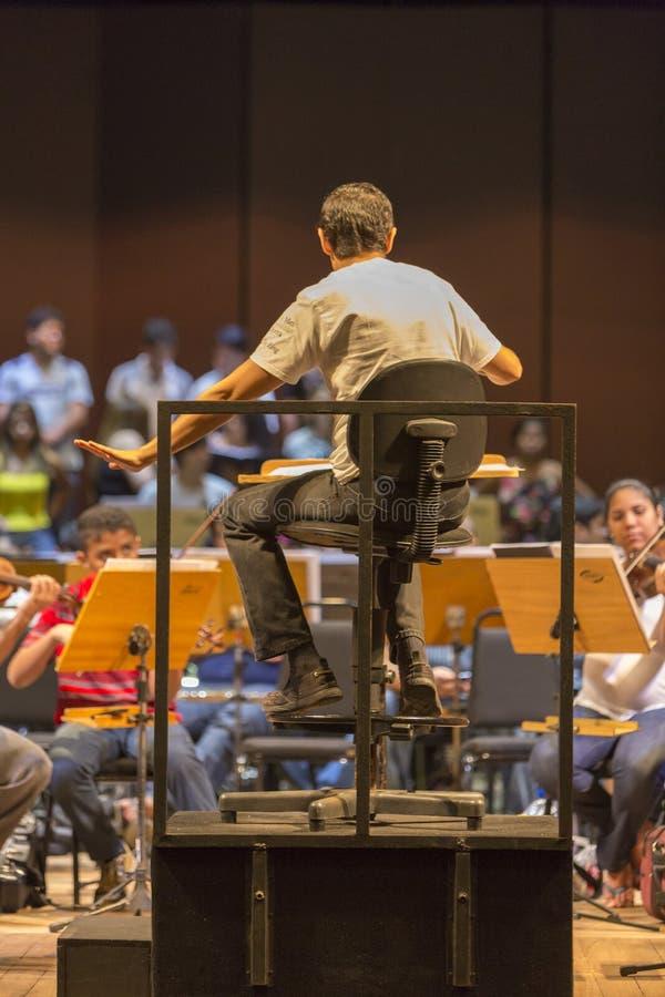 Leiter im klassischen Orchester bei der Arbeit in Manaus, Brasilien stockbilder