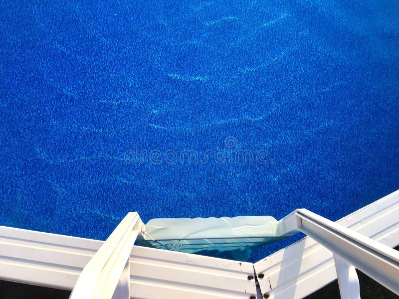 Leiter und oberirdischer Swimmingpool lizenzfreies stockbild