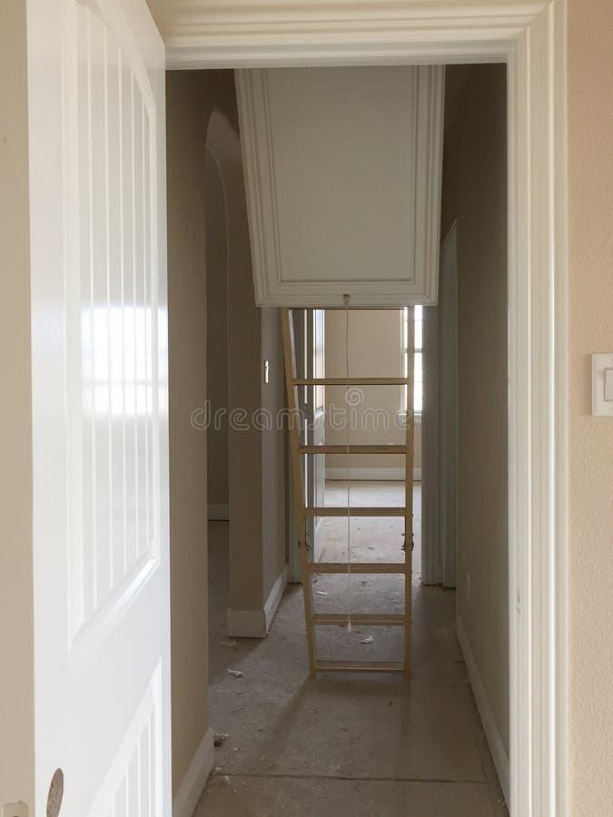 Leiter zum Dachboden in einem Bau des neuen Hauses stockfotografie