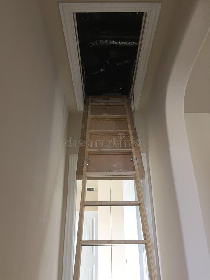 Leiter zum Dachboden in einem neuen Haus mit zwei Böden lizenzfreie stockbilder