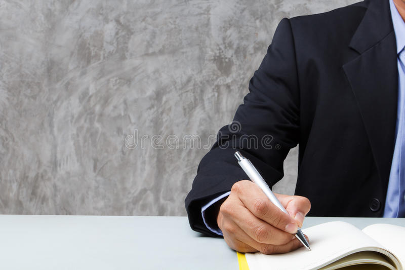 Leiteria serida da escrita do homem foto de stock
