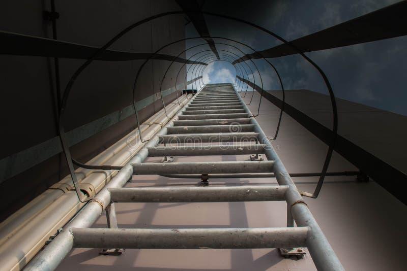 Leitern mit einer Ansicht unten stockbild