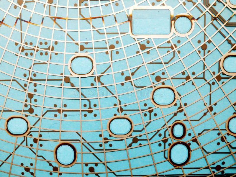 Leiterplatte hergestellt vom Plastik mit Leiterzügen auf blauem Hintergrund Das Konzept der Technologie, rechnend, Elektronik stockbilder