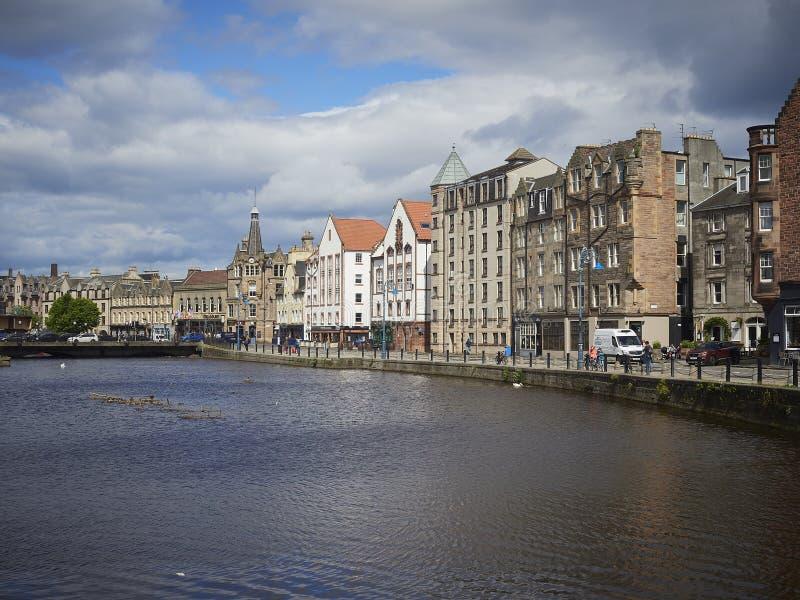 Leith Water framdel med historiska byggnader och trafik royaltyfri bild