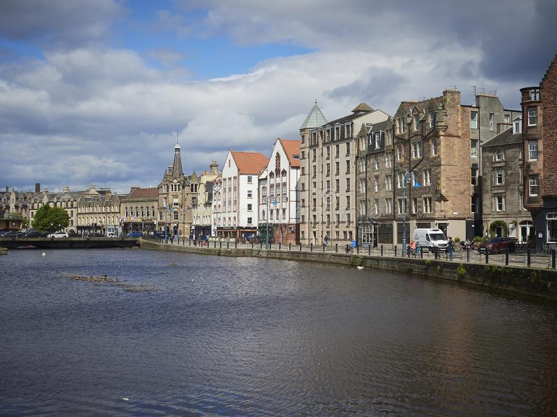 Leith Water-voorzijde met historisch Gebouwen en verkeer royalty-vrije stock afbeelding