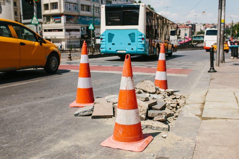 Leitkegel auf der Straße Weitwinkelansicht und blaue Tönung Straßenarbeiten auf den Straßen von Istanbul in der Türkei zeichen St stockfotos