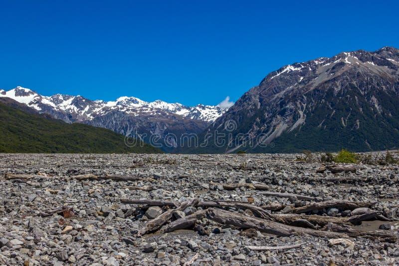 Leito fluvial seco da montanha foto de stock