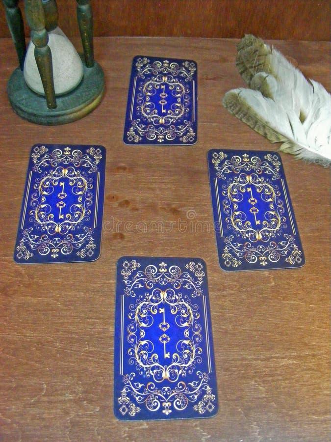 Leitor de cartão Cartões de tarô medievais imagem de stock royalty free