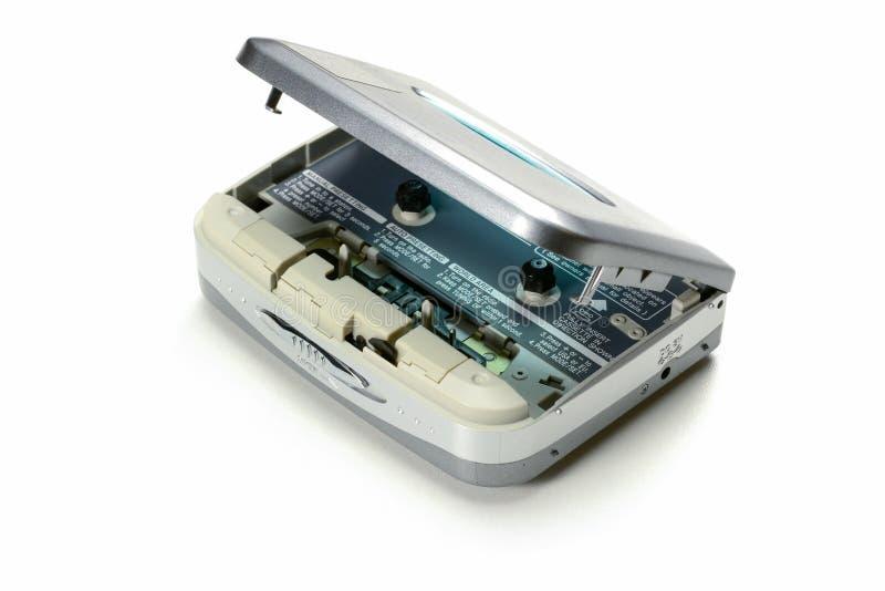 Leitor de cassetes compacto da cassete áudio portátil do vintage com a tampa aberta, dispositivo cinzento no fundo branco fotos de stock