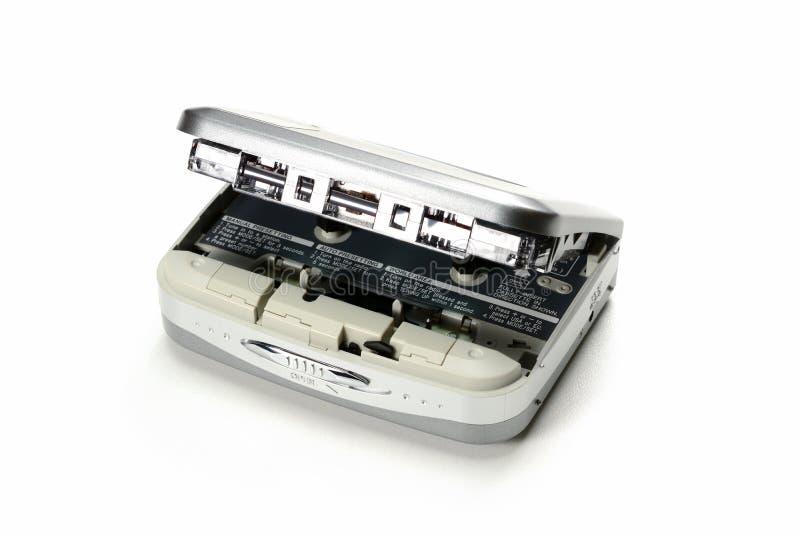 Leitor de cassetes compacto da cassete áudio portátil do vintage com a tampa aberta e a gaveta introduzida, dispositivo cinzento  fotos de stock royalty free