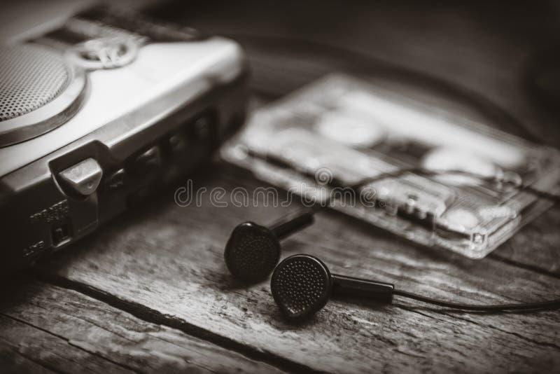 Leitor de cassetes do walkman do vintage com earbuds e gaveta de fita foto de stock royalty free