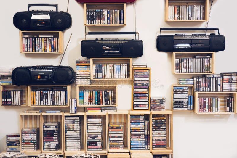 Leitor de cassetes de rádio estereofônico portátil antiquado retro do fundo 80s branco dianteiro fotografia de stock