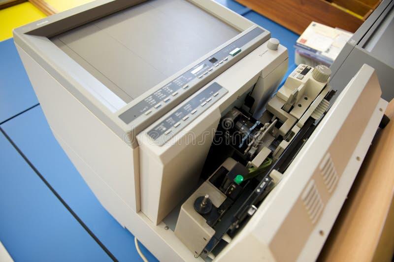 Leitor de microficha em uma biblioteca imagens de stock royalty free