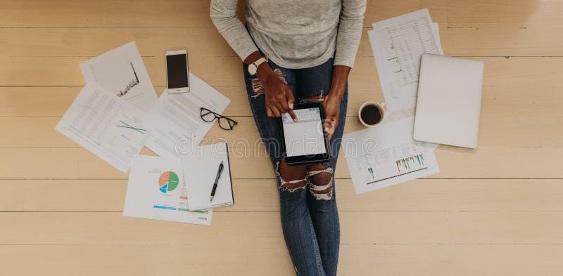 Leitungsgeschäft des Frauenunternehmers vom Haus lizenzfreies stockfoto