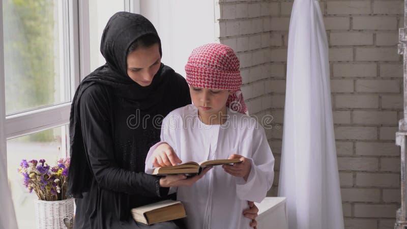 Leitura árabe da mãe e do filho interna imagens de stock