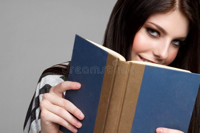 Leitura adolescente da menina foto de stock royalty free