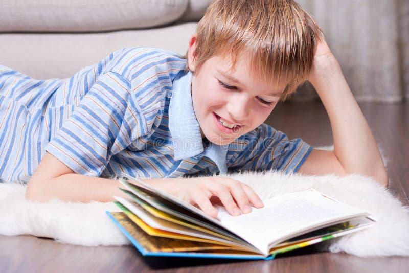 Leitura adolescente um livro. foto de stock royalty free