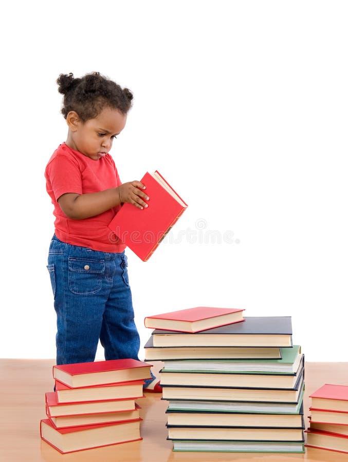 Leitura africana adorável do bebê foto de stock royalty free