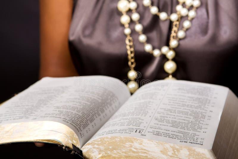 Leitura afro-americano da mulher isolada no preto imagens de stock