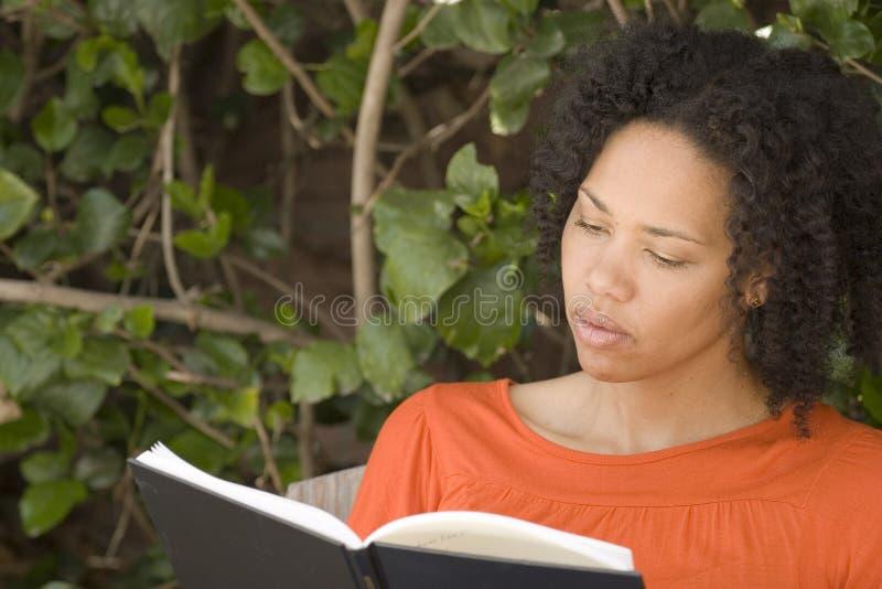 Leitura afro-americano da mulher segura feliz fotos de stock
