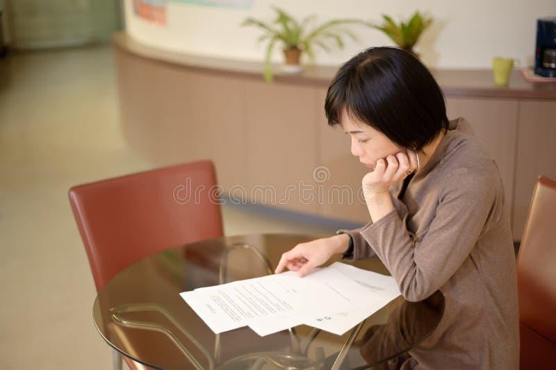 Leitura asiática da mulher fotos de stock