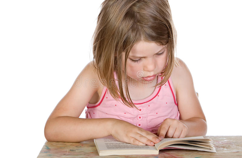 Leitura bonito da criança nova seu livro fotografia de stock royalty free